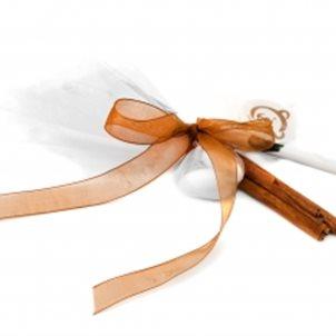 Image of product Μπομπονιέρα με ξύλα κανέλας και σχολικά είδη Αρκτούρου